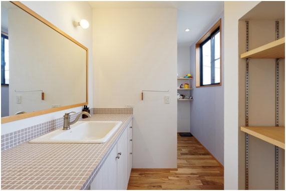オーダー洗面 モザイクタイルと大きなミラーがポイント。 アクセントで壁面を色分けしてます