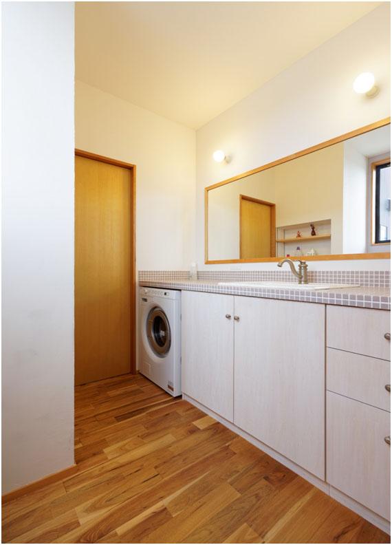 広々の洗面は、日々の生活に余裕を与えてくれます。 埋込みの洗濯機、水栓は輸入品。 収納扉:シナランバー+オスモカラー塗装仕上げ