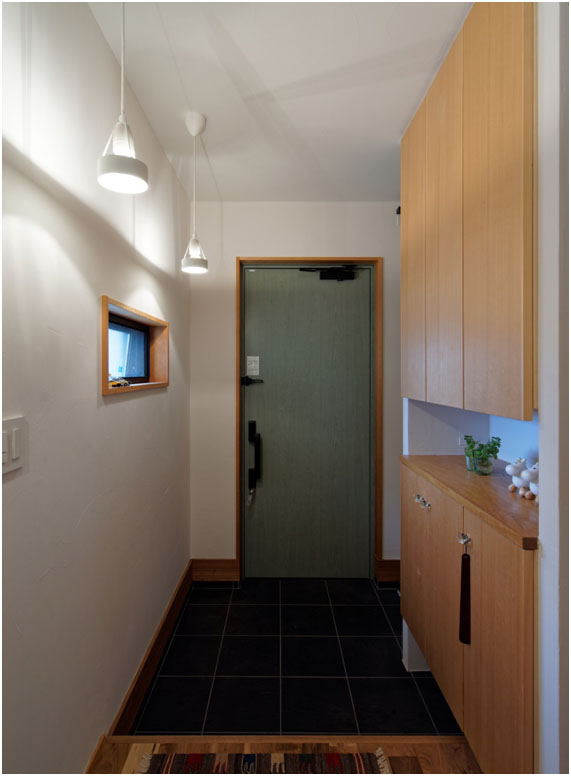 玄関にはオシャレなライトでゲストをお出迎え。 プライバシー配慮の小窓。