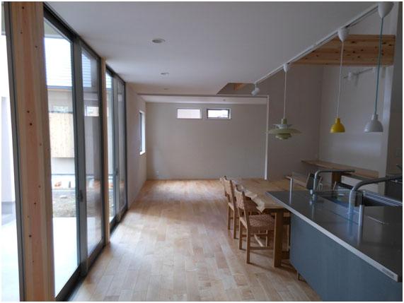 開放感満点のリビング。 床材:メープル、キッチン:トーヨーキッチン
